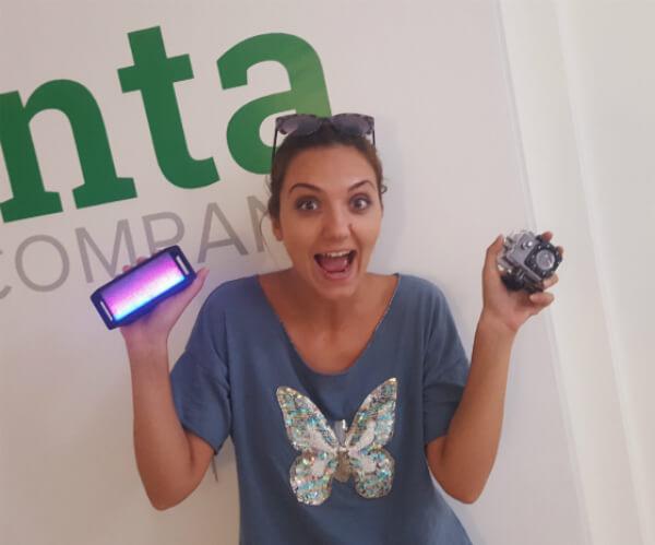 Regaloi de Bing para Oana, un bafle led y cámara sumergible.